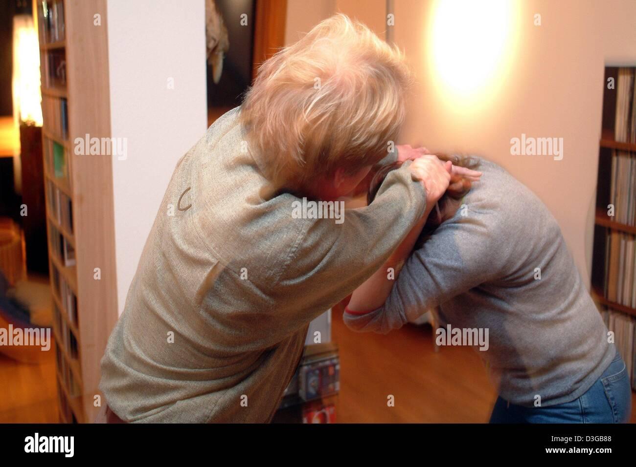 (Dpa) - kämpft ein verheiratetes Paar heftig gegeneinander in Frankfurt am Main, 27. Oktober 2004. (inszenierten Stockbild