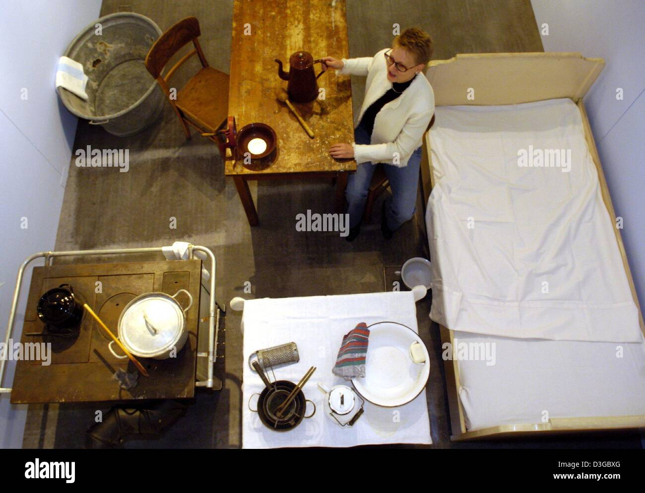 Dpa) - Messeleiterin Bettina Rinke sitzt in einem Notfall Küche von ...