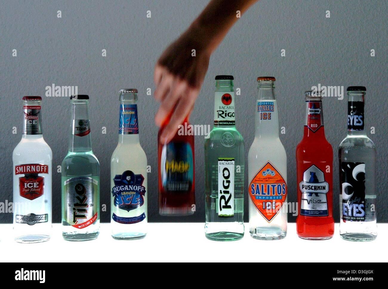 Dpa) - verschiedene Arten von sogenannten Alcopops in Hamburg, 3 ...