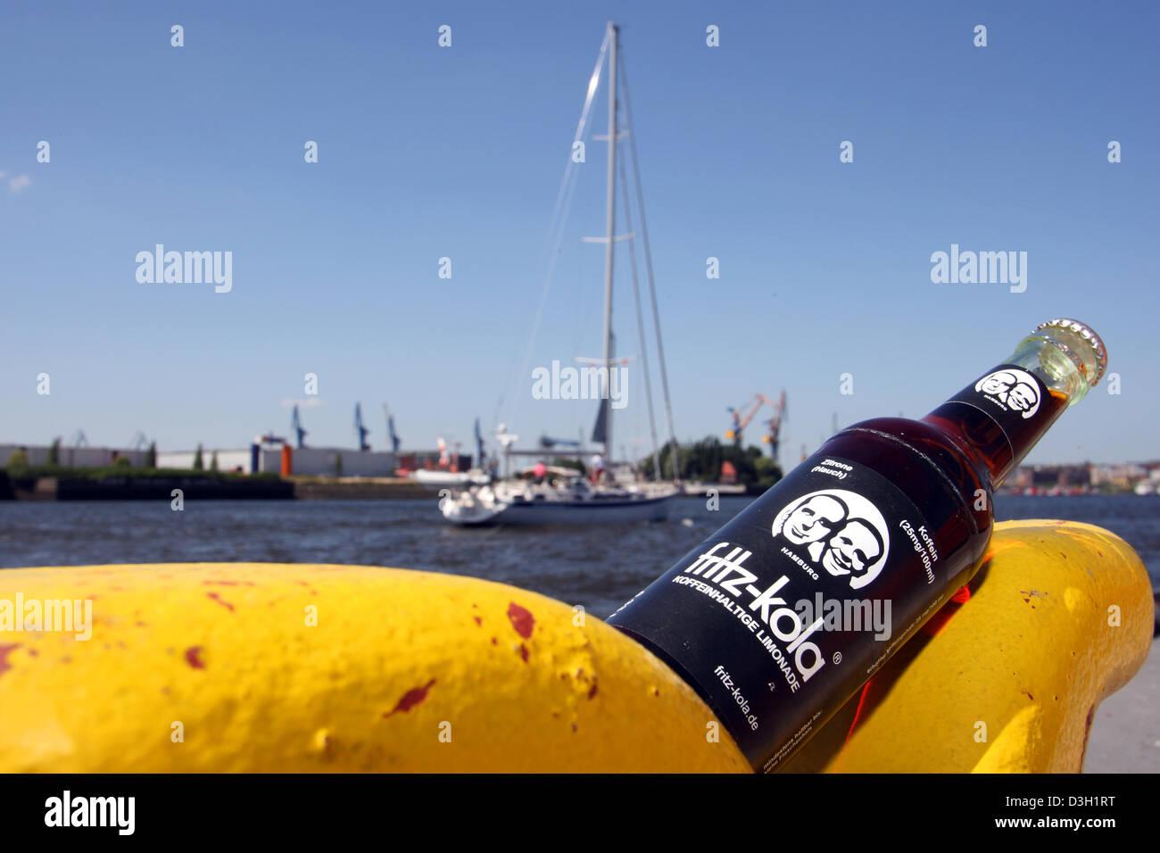 Hamburg, Deutschland, Fritz-Kola Flasche im Hamburger Hafen ...