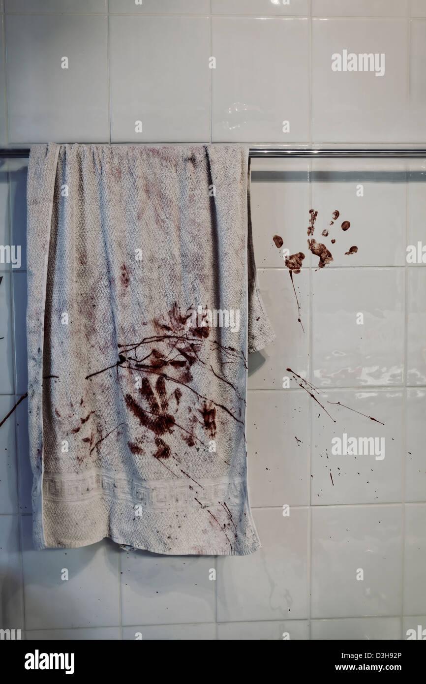 ein blutiges Handtuch auf einem Handtuchhalter Stockbild