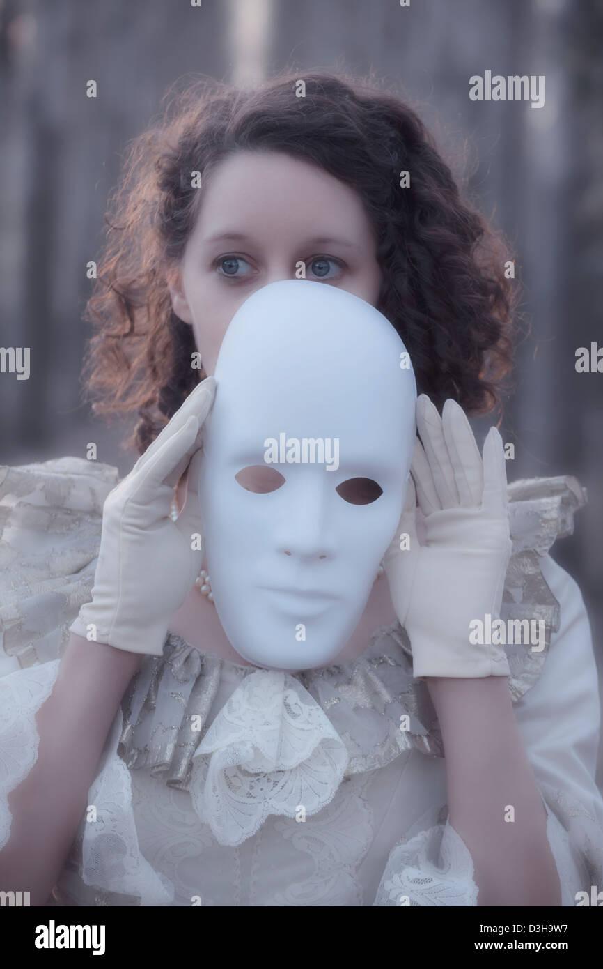 Frau mit einer weißen Maske Stockbild