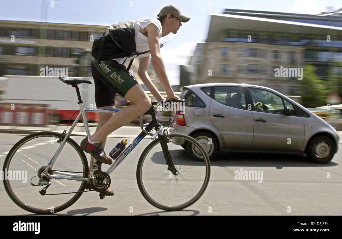 (Dpa) - liefert Fahrrad Kurier Martin Wittich dringende Briefe und Päckchen in Frankfurt am Main, 20. Juni 2003. Stockfoto