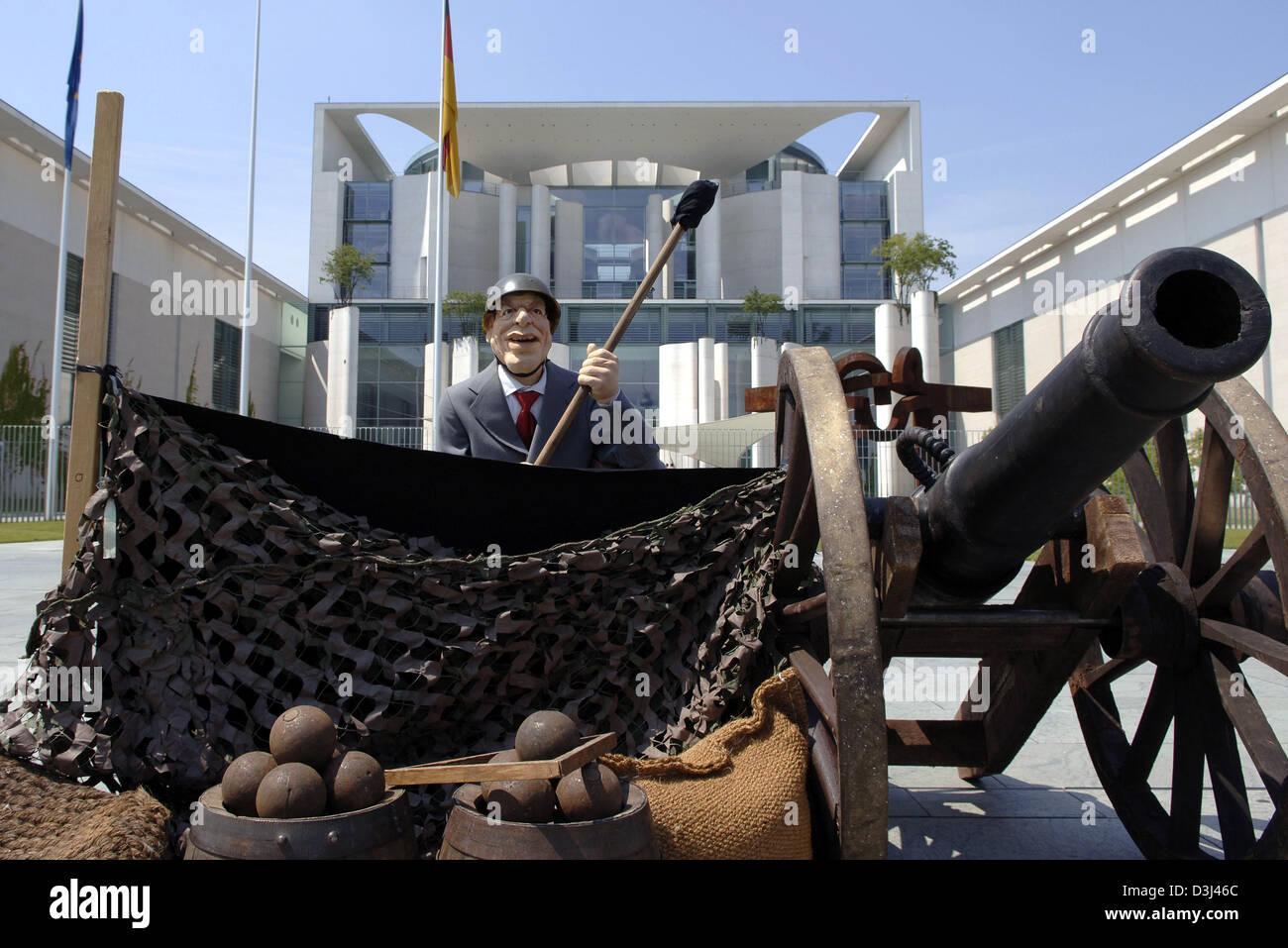 (Dpa) - eine Darstellung Bundeskanzlerin Gerhardt Schroeder Latexpüppchen sitzt auf einem Canon vor dem Kanzleramt Stockbild