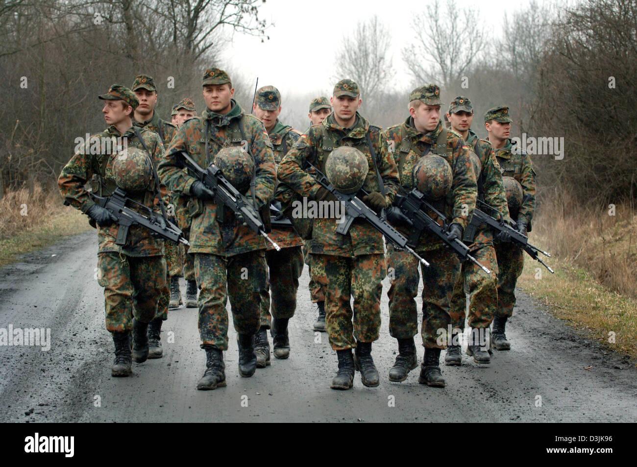 dpa eine gruppe von rekruten der deutschen bundeswehr armee tragen typ g 36 gewehre auf. Black Bedroom Furniture Sets. Home Design Ideas
