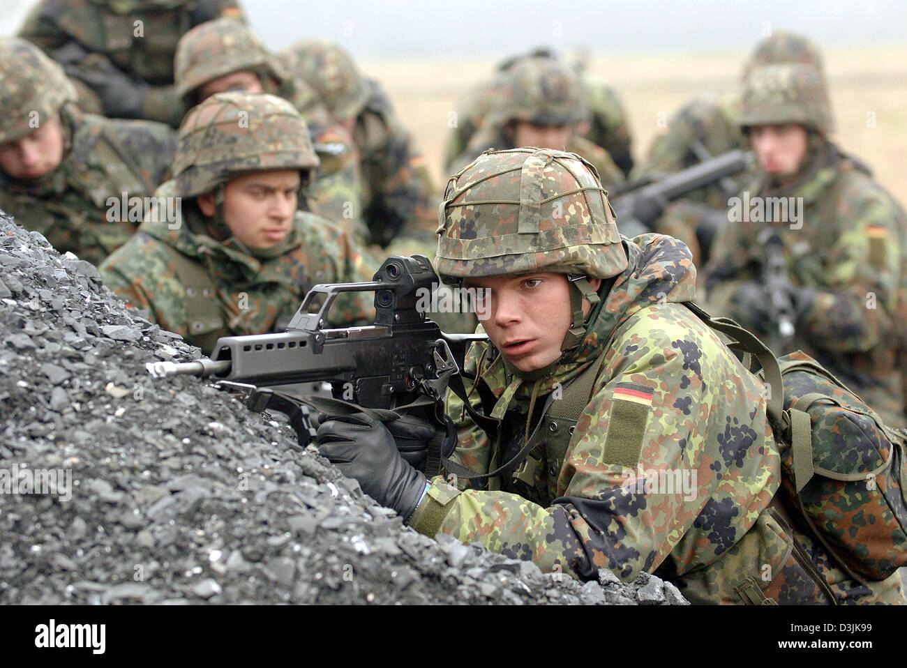 dpa eine gruppe von rekruten der bundeswehr armee tragen typ g 36 gewehre wie sie. Black Bedroom Furniture Sets. Home Design Ideas