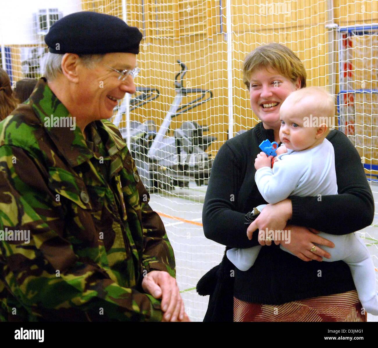 Dpa) - The Duke of Gloucester, Prinz Richard, spricht mit Soldaten ...