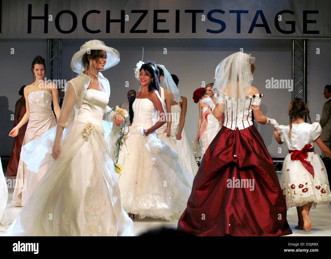 Dpa Modelle Prasentieren Die Neueste Brautmode Wahrend Der 15
