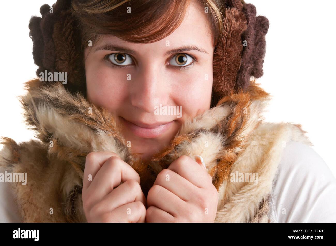 Kalten Frau kuscheln in warmen Mantel in einem weißen Hintergrund isoliert Stockbild