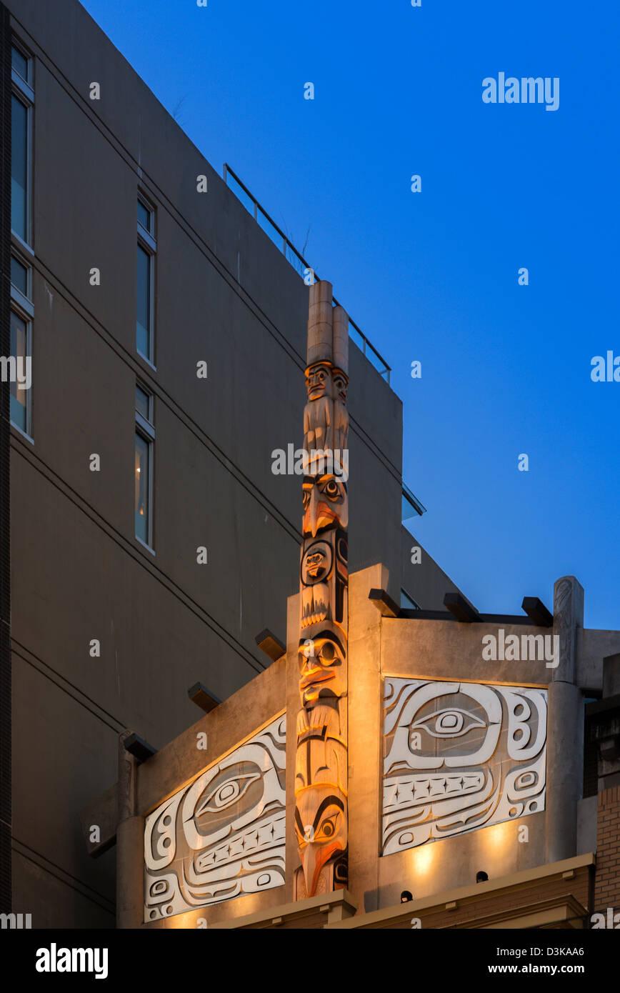 Totempfahl, Skwachàys Heilung Lodge. Aboriginal Medizin bleiben Anlage, Vancouver, Britisch-Kolumbien, Kanada Stockbild