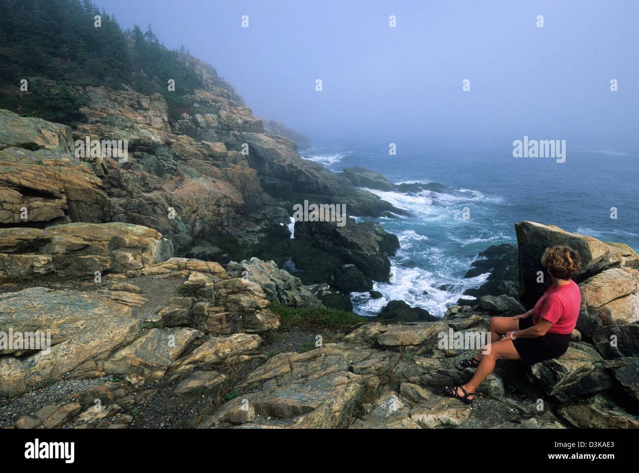 Elk282-2132 Maine, Mount Desert Island Acadia National Park, Park Loop Road, Otter Point mit Frau Stockbild