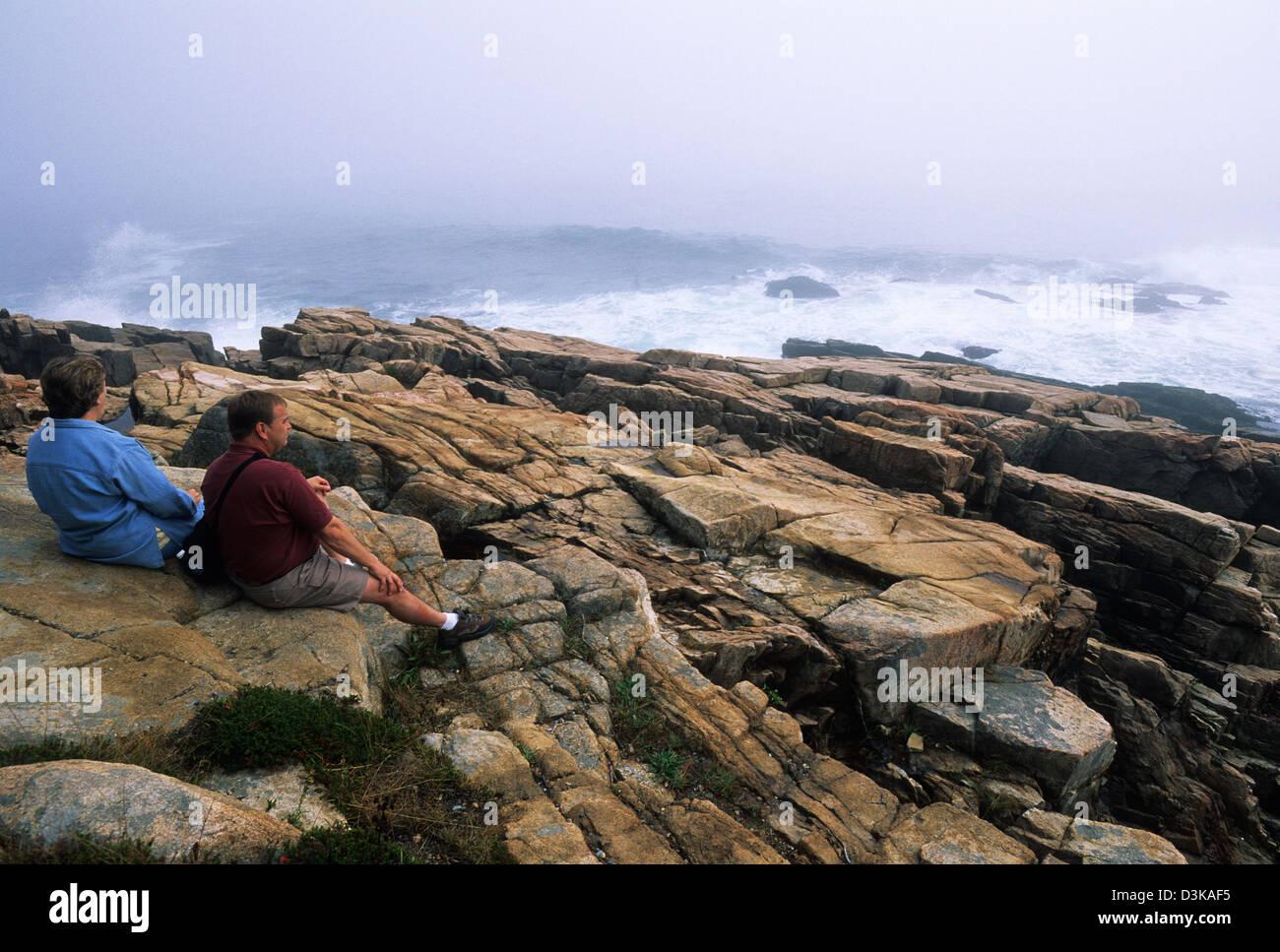 Elk282-2134 Maine, Mount Desert Island Acadia National Park, Park Loop Road, Otter Point mit Besuchern Stockbild