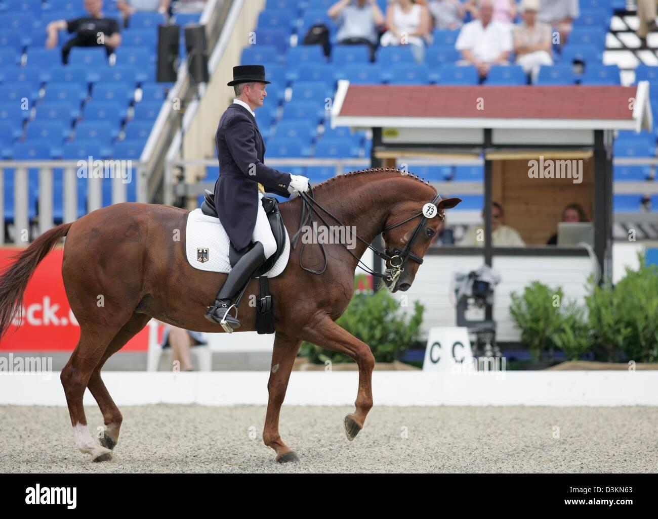 (Dpa) - das Bild zeigt deutsche Reiter Hubertus Schmidt auf Wansuela Suerte vor seiner Prüfung in der Dressur Stockbild