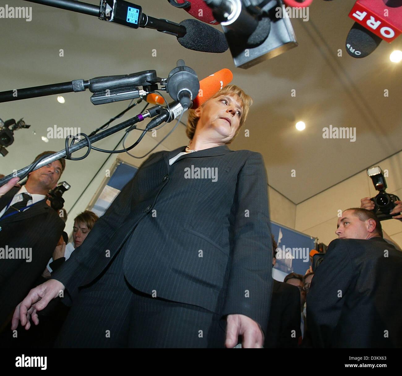 (Dpa) - Angela Merkel (C), Vorsitzende der CDU und Bundeskanzlerin Kandidaten stehen vor einer Reihe von Mikrofonen trotz der Woche Ergebnisse bei den allgemeinen Wahlen für den Deutschen Bundestag, Merkel wurde von ihrer Partei als der Vorsitzende der CDU/CSU-Fraktion mit überwältigender Mehrheit wiedergewählt. Sie erhielt 98,6 Prozent der Stimmen, markieren ihre besten Resultate so weit, die ihr ermöglichte Stockfoto