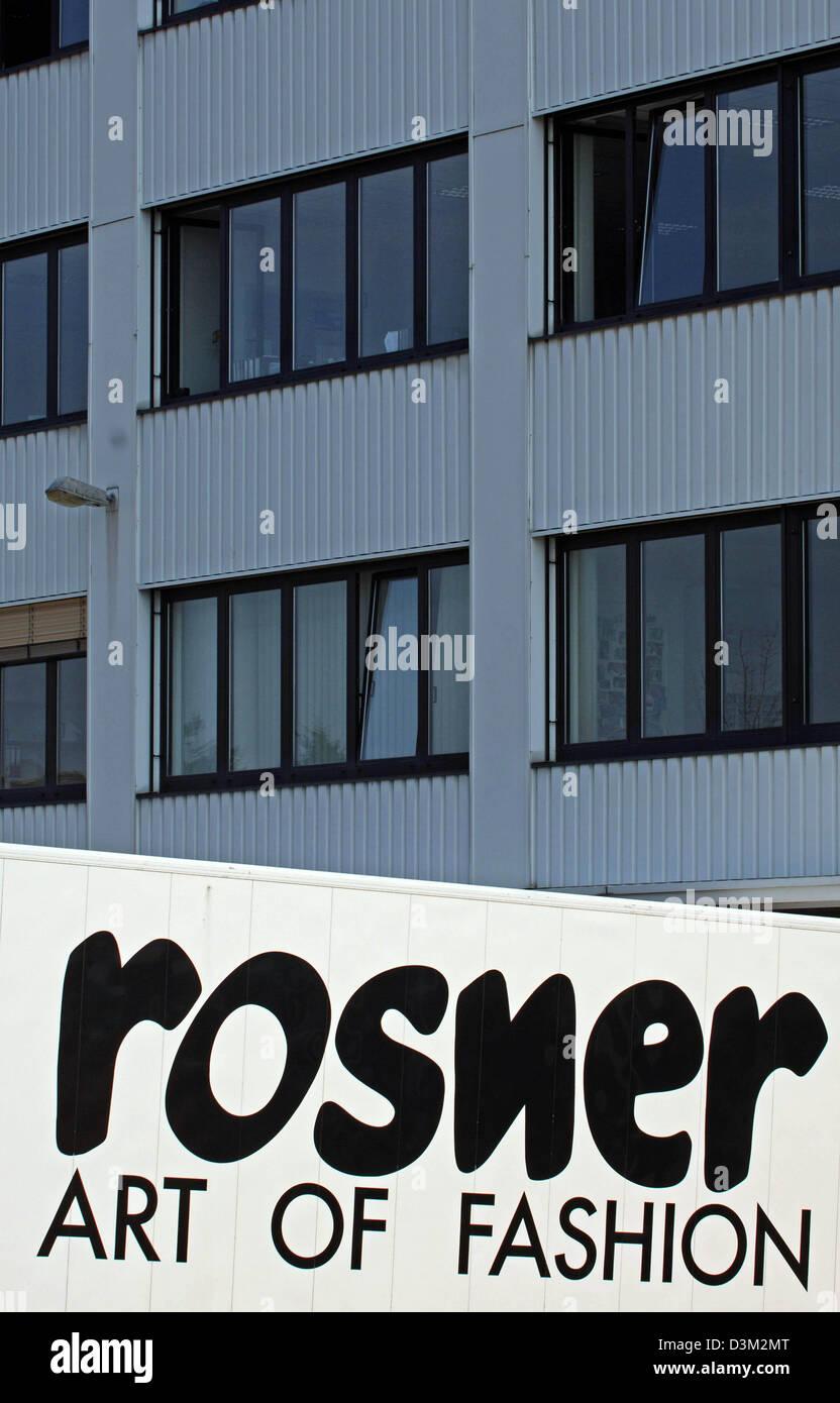 Das Bild zeigt einen LKW mit dem Markenlogo vor dem Büro des deutschen Modeunternehmen Rosner in Ingolstadt, Stockbild