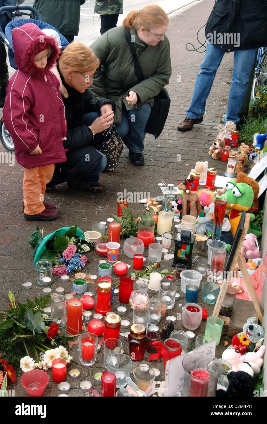 (Dpa) - legen Menschen Kerzen, ausgestopfte Tiere, Briefe und Blumen vor dem Haus, wo die Körper der getöteten Stockbild