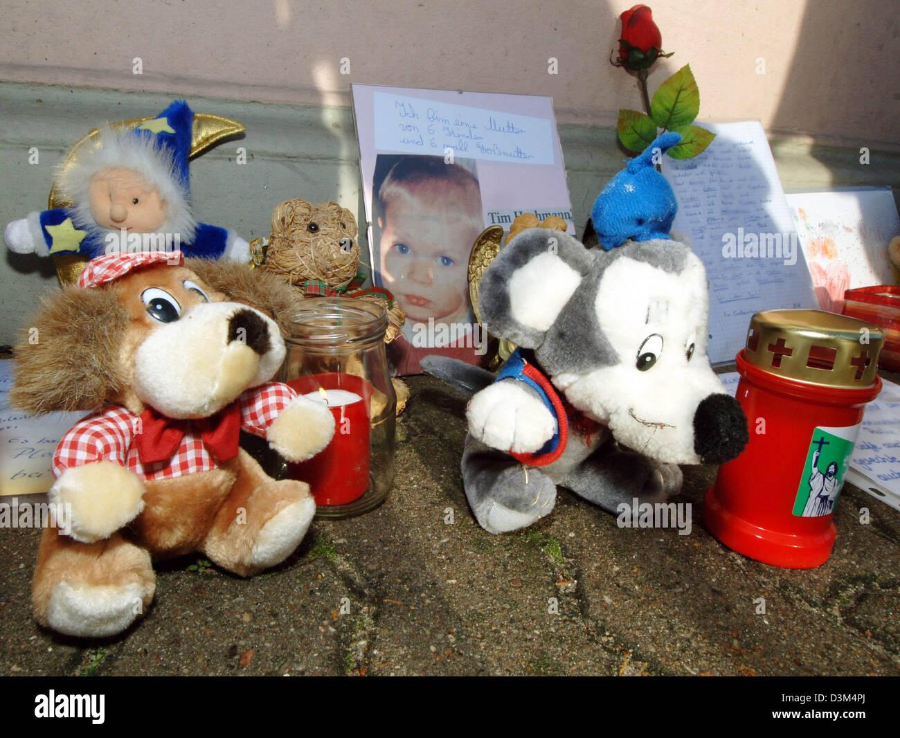 (Dpa) - Kerzen, ausgestopfte Tiere, Briefe und Blumen befinden sich neben Fotografien von getöteten zweijährigen Stockbild