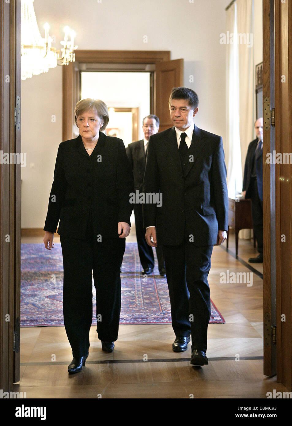 Bundeskanzlerin Angela Merkel und ihr Ehemann Joachim Sauer ankommen ...