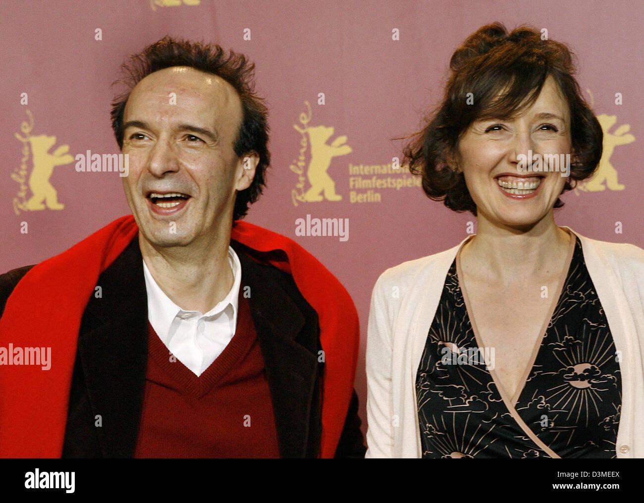 Italienischer Regisseur und Schauspieler Roberto Benigni (L) und  italienische Schauspielerin Nicoletta Braschi posieren für Fotografen auf  der 56. internationalen Film Festival Berlinale in Berlin, Deutschland,  Freitag, 17. Februar 2006. Sie ...