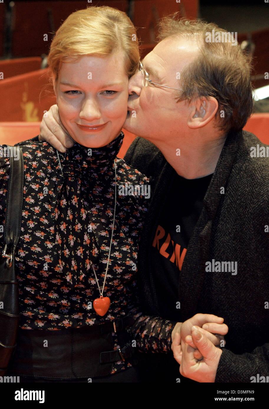 Schauspieler Burghart Klaußner küsst seine Kollegin Sandra Hueller während der 56. Internationalen Stockbild