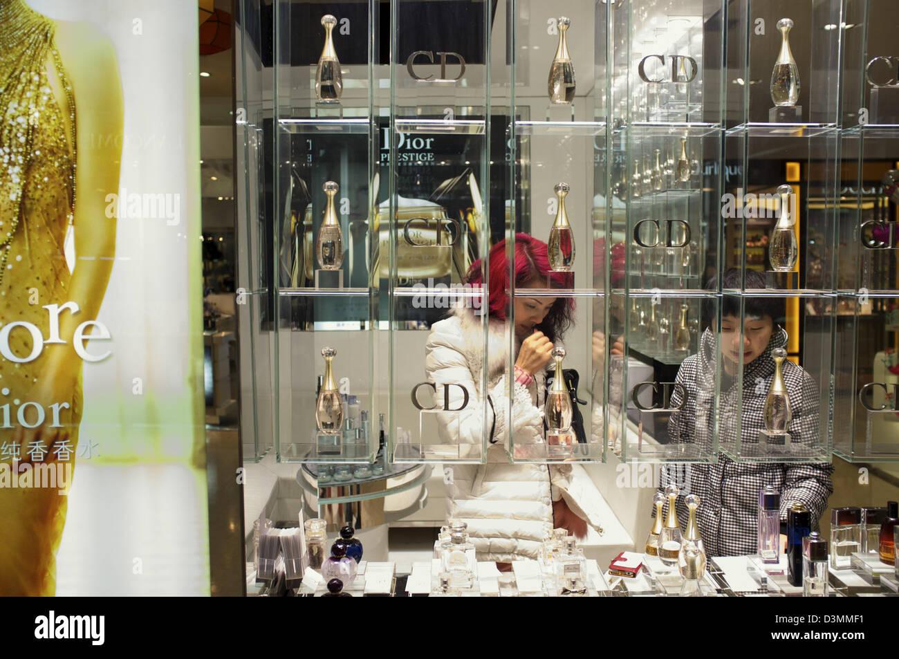 Chinesische Frauen kaufen CD Parfüm im Bereich Kosmetik in einem Einkaufszentrum in Nanchang, Jiangxi Provinz, Stockbild
