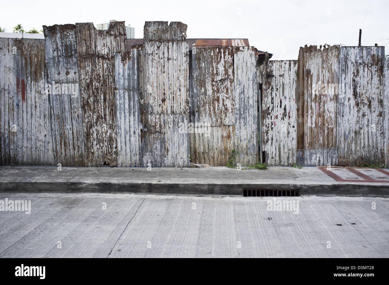 Wellblech-Mauer oder Zaun Stockfoto, Bild: 53932992 - Alamy