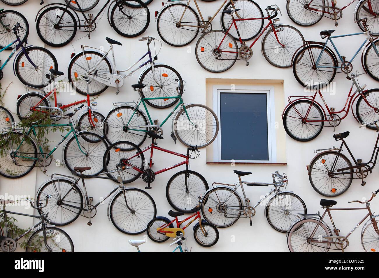 Altlandsberg Deutschland Fahrräder Von Einem Abflussrohr Hängen