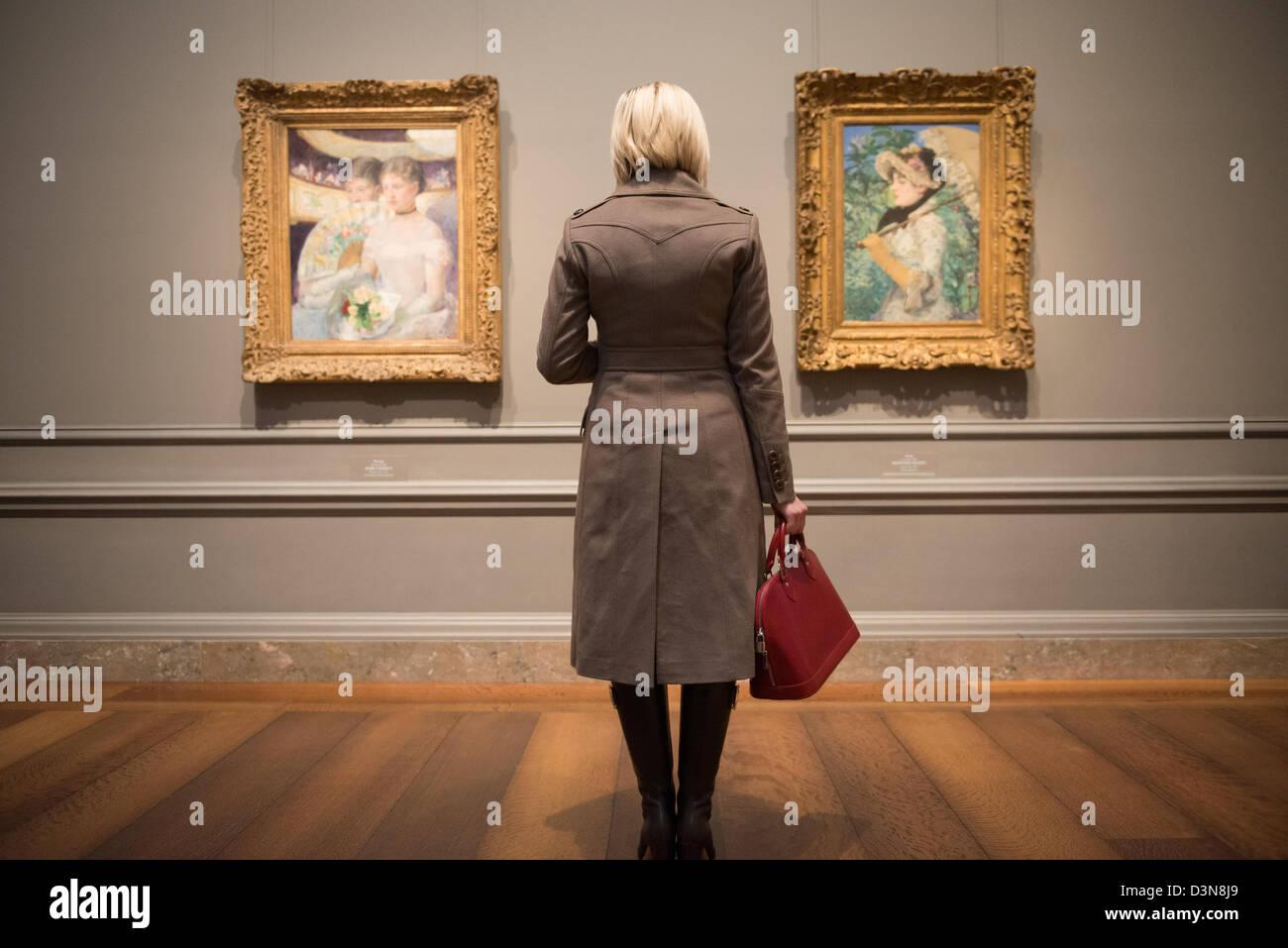 Blonde Frau Gemälde im Museum für Kunst betrachten.  National Gallery of Art, Washington DC Stockbild