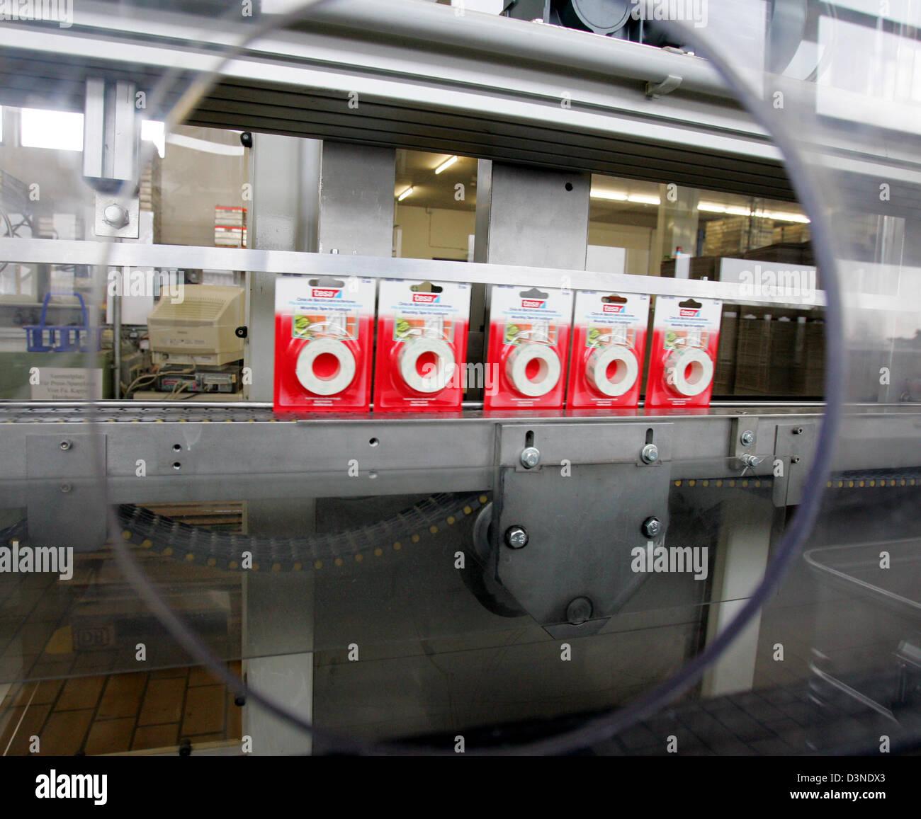 Tesa Deutschland das bild zeigt tesafilm klebeband pakete auf einem förderband der