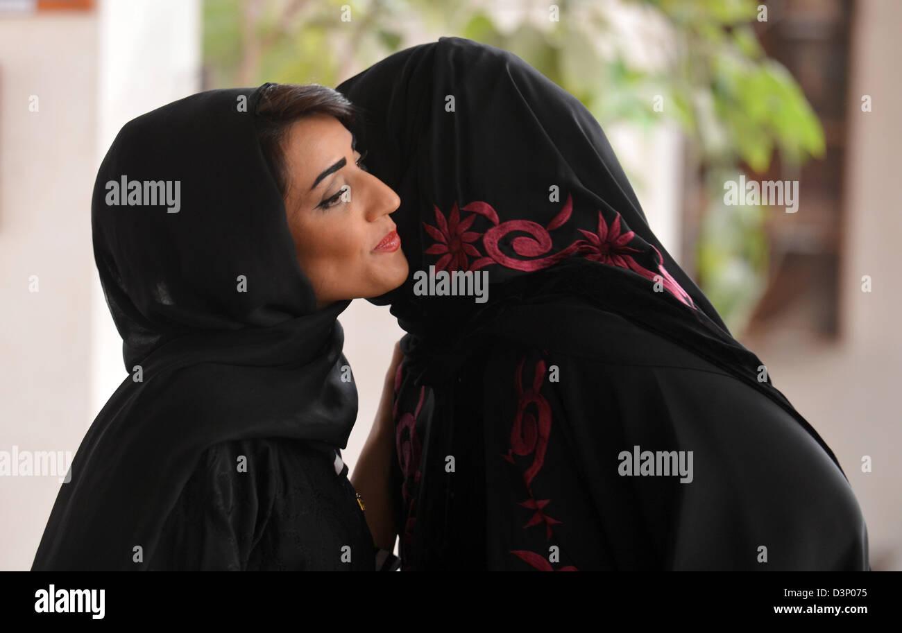 Zwei arabische Frauen begrüßen einander mit einem Kuss