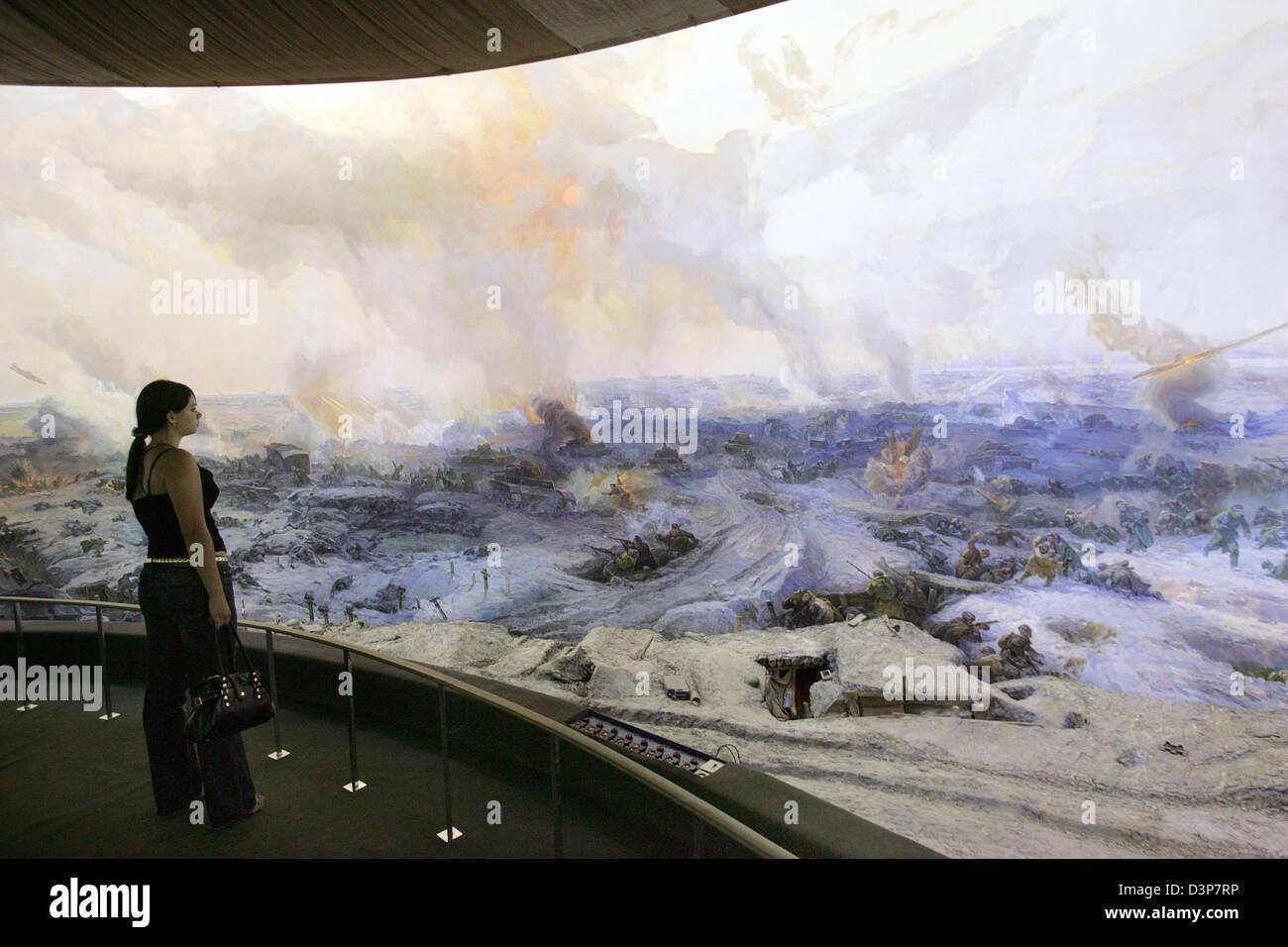Ein Besucher das Panorama Museum in der ehemaligen Stalingrad Augen eine riesige Panoramabild mit Szenen aus der Stockbild
