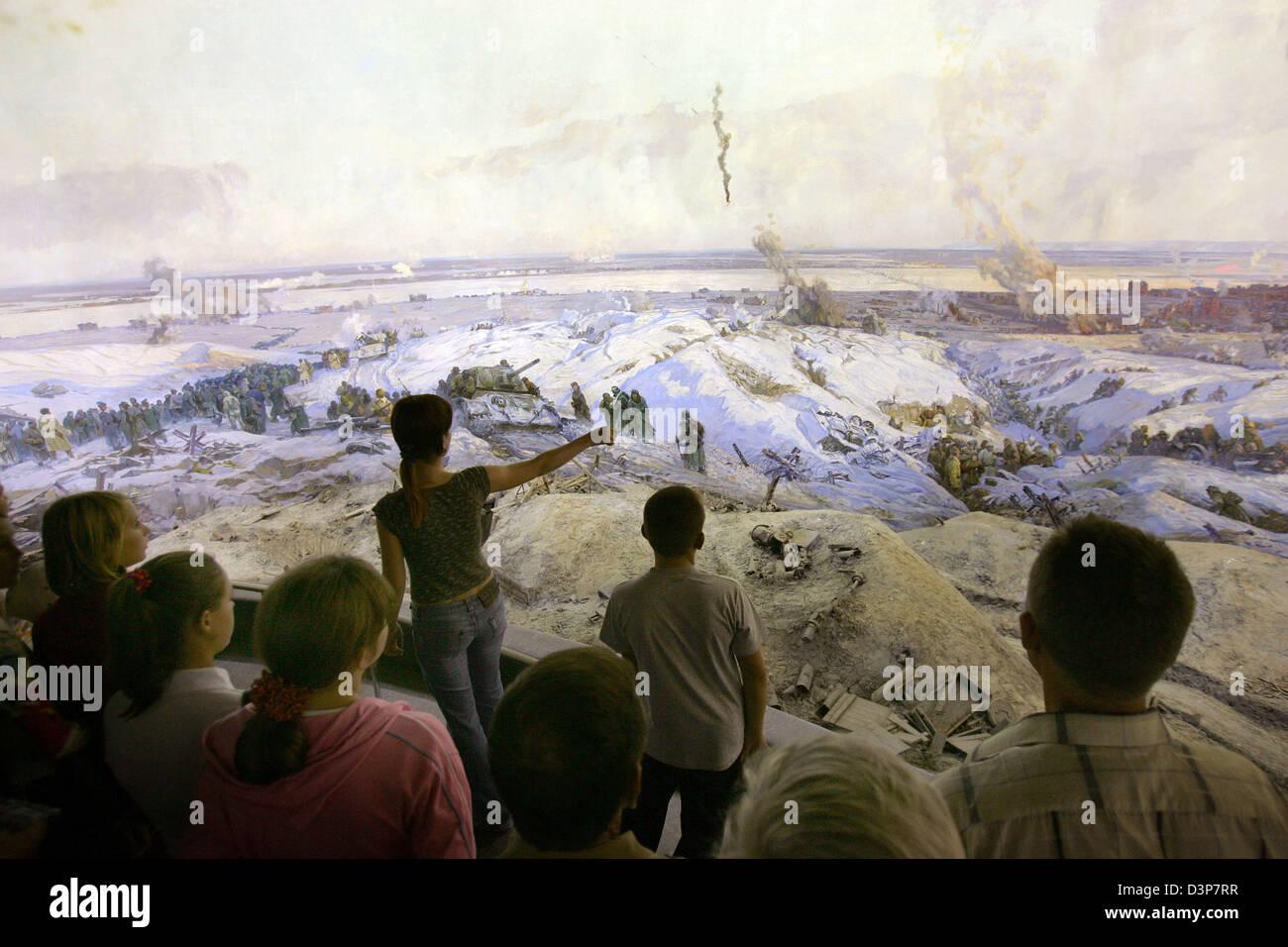 Besucher des Panorama Museums in der ehemaligen Stalingrad Augen eine riesige Panoramabild mit Szenen aus der Schlacht Stockbild