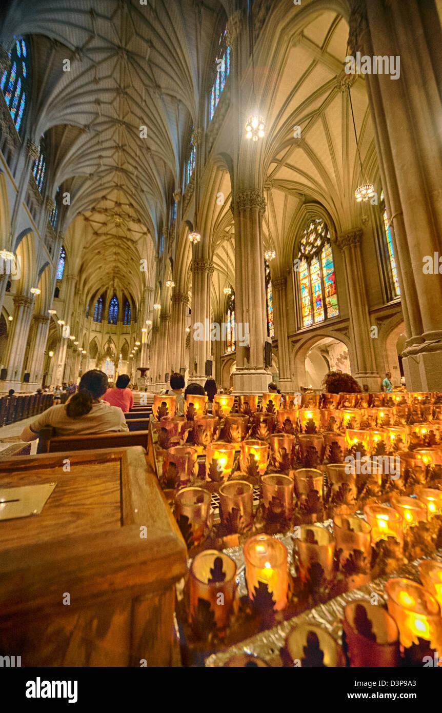 Kerzen Leuchten Die Atemberaubende Verzierten Innenraum Der Neo Gotischen  St. Patricks Kathedrale In New York City.