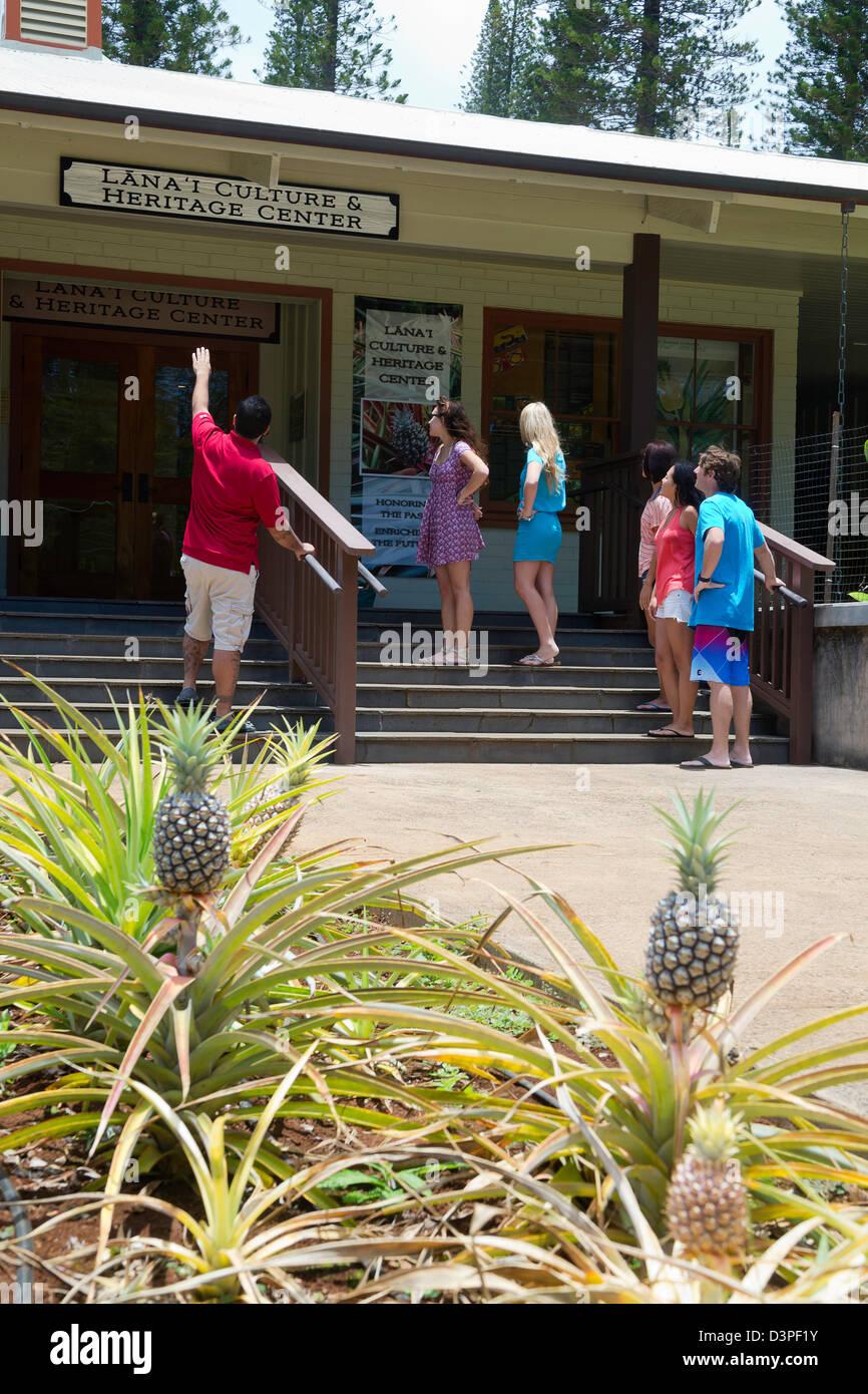 Eine Anleitung und Touristen besuchen das Lanai Kultur und Heritage Center in Lanai City, Insel Lanai, Hawaii. Stockbild