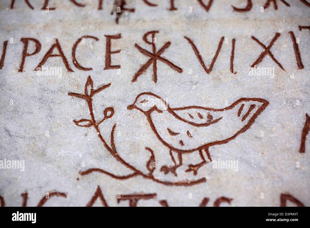 Eine Taube ein altes christliches Symbol auf einem Sarkophag in den Vatikanischen Museen Stockbild
