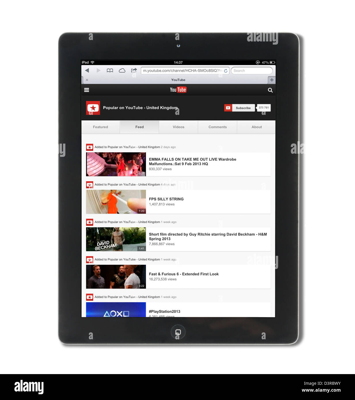 Suchen Sie die beliebtesten Videos auf YouTube in Großbritannien mit einer 4. Generation iPad Stockbild