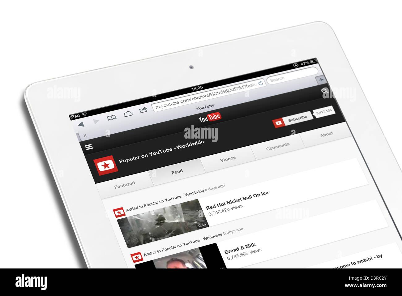 Suchen Sie die beliebtesten Videos auf YouTube mit einem 4. Generation iPad weltweit Stockbild
