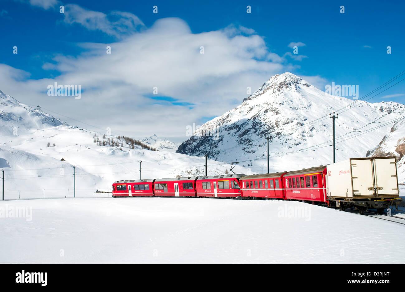 Bergbahn am Lago Bianco-Bernina-Pass im Winter, Graubünden, Schweiz | Eisenbahn bin Lago Bianco bin Bernina Stockbild