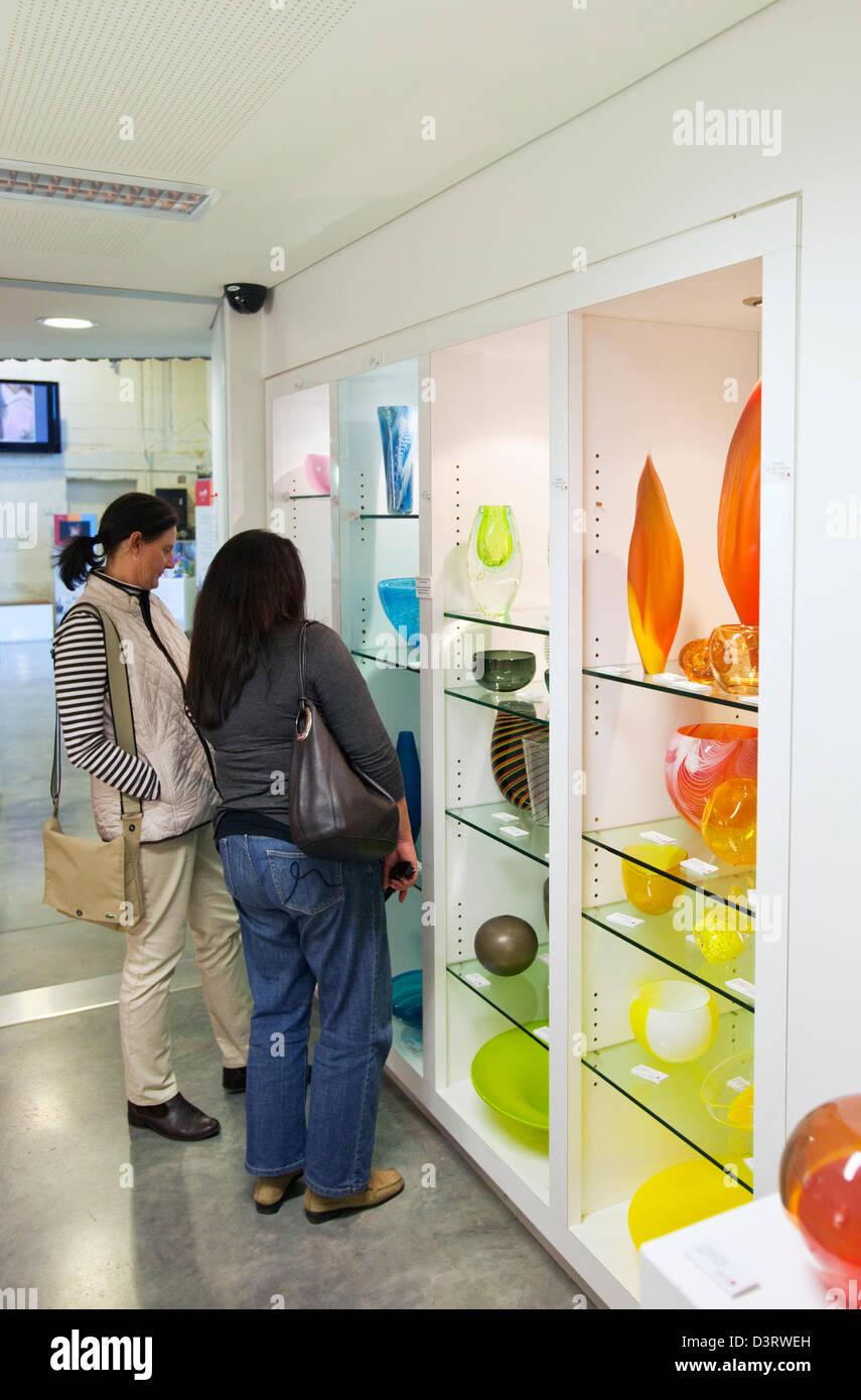 Zeitgenössisches Glas auf dem Display an der Canberra-Glashütte. Canberra, Australian Capital Territory Stockbild