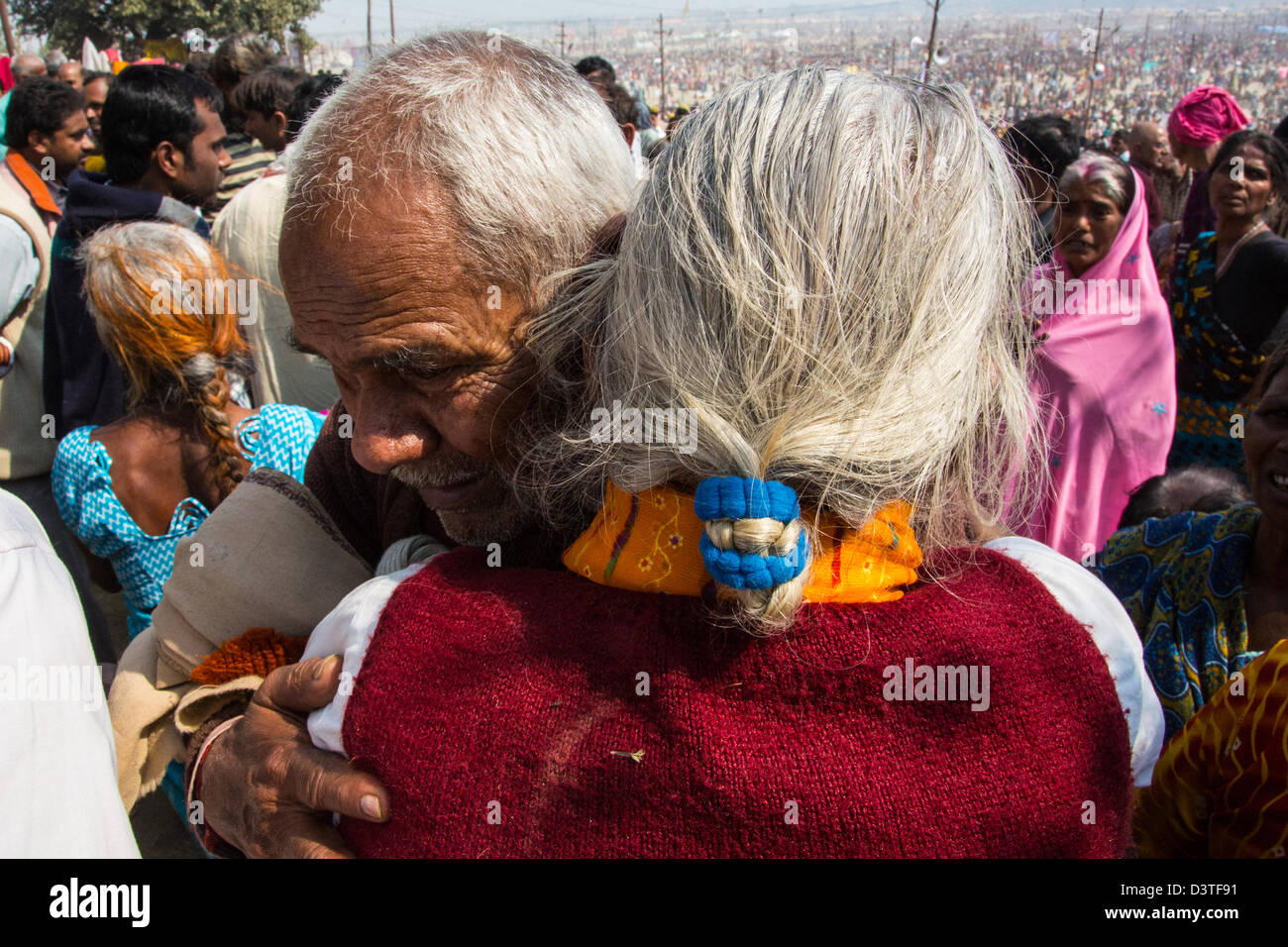Ein älteres Ehepaar ist bei the Lost And Found nach für mehrere Stunden bei der Kumbh Mela, Allahabad, Stockbild