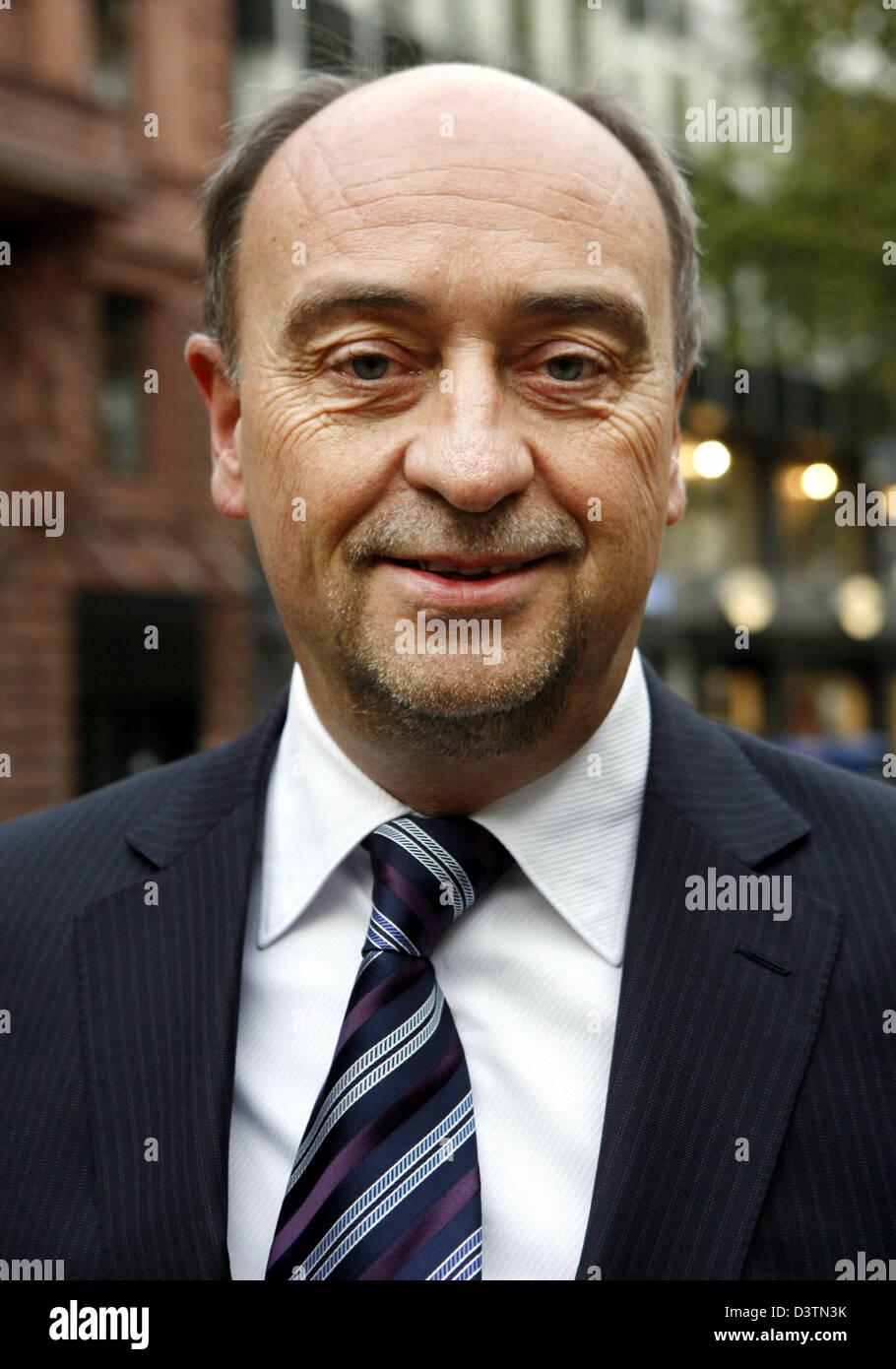 """CEO der Immobilienholding """"GAGFAH"""", Burkhard Ulrich Drescher steht vor der Deutschen Börse in Frankfurt Stockbild"""