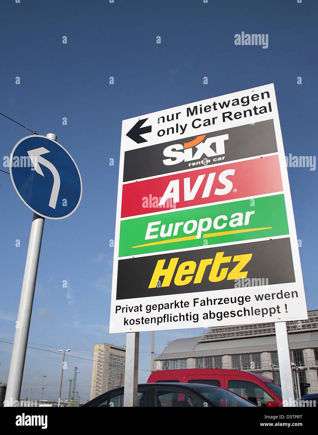 Ein Schild Zeigt Parkplatze Der Autovermieter Sixt Europcar Hertz