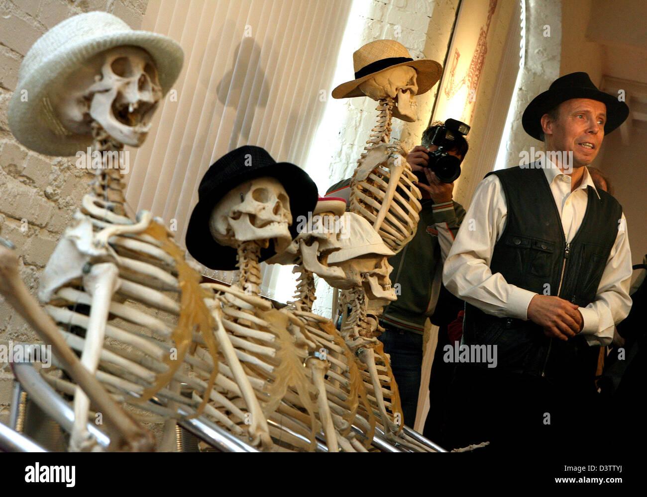 Umstrittene Plastinator Gunther von Hagens mit Skeltons Hüte tragen ...