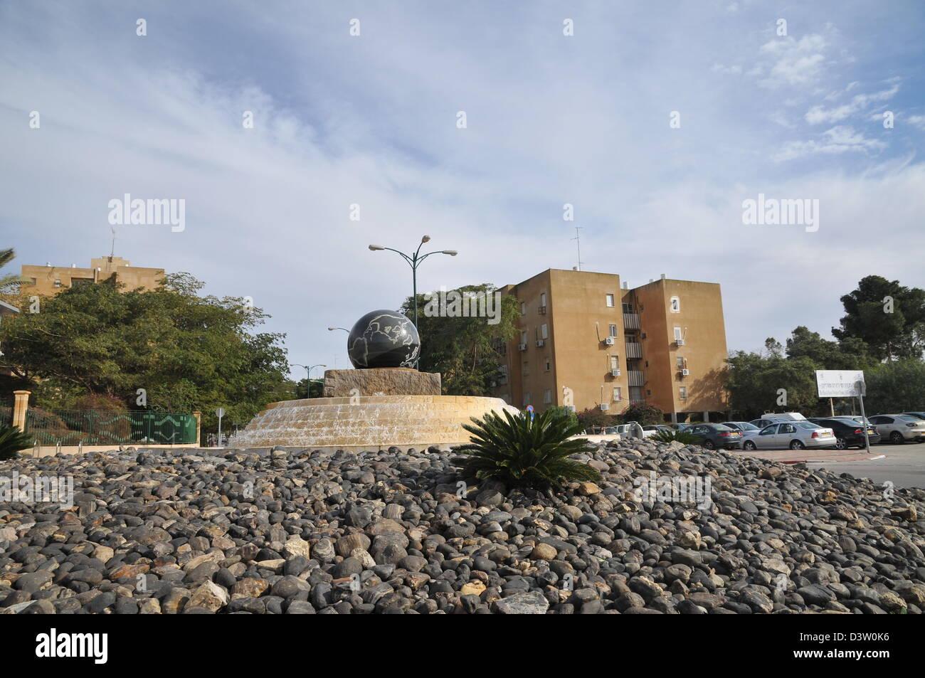 Beer Sheva, Israel A Kugel auf einem Kreisverkehr in der Stadt Stockbild