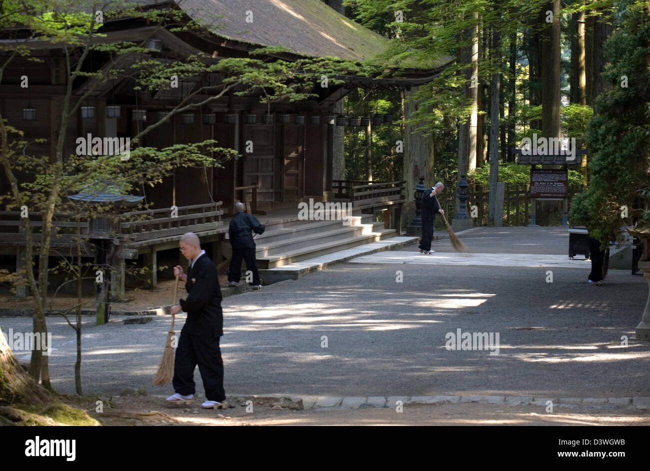 Buddhistische Mönche zur Reinigung bei Sanno-in Tempel in der Danjo Garan Komplex des Kongobuji-Tempels auf Stockbild