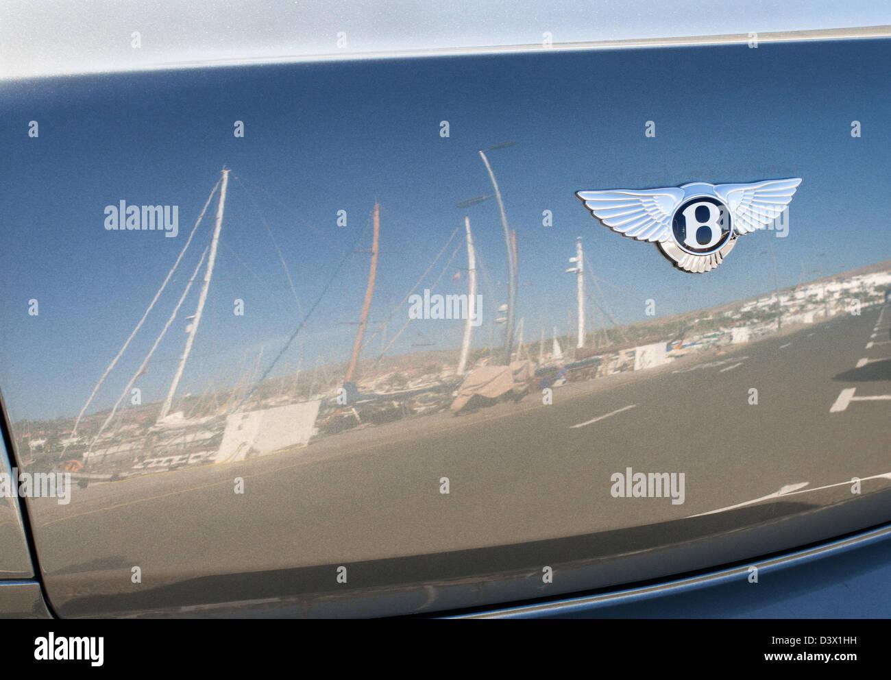 Masten, spiegelt sich in den Kofferraum eines Kraftfahrzeugs von Bentley in den Yachthafen von Pasito Blanco, Gran Stockbild