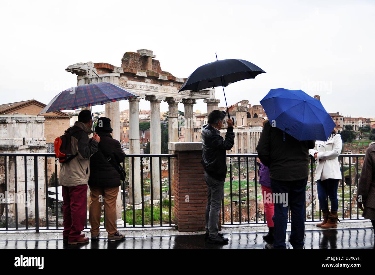 Touristen sehen das Forum Romanum unter Sonnenschirmen, Rom, Italien Stockbild