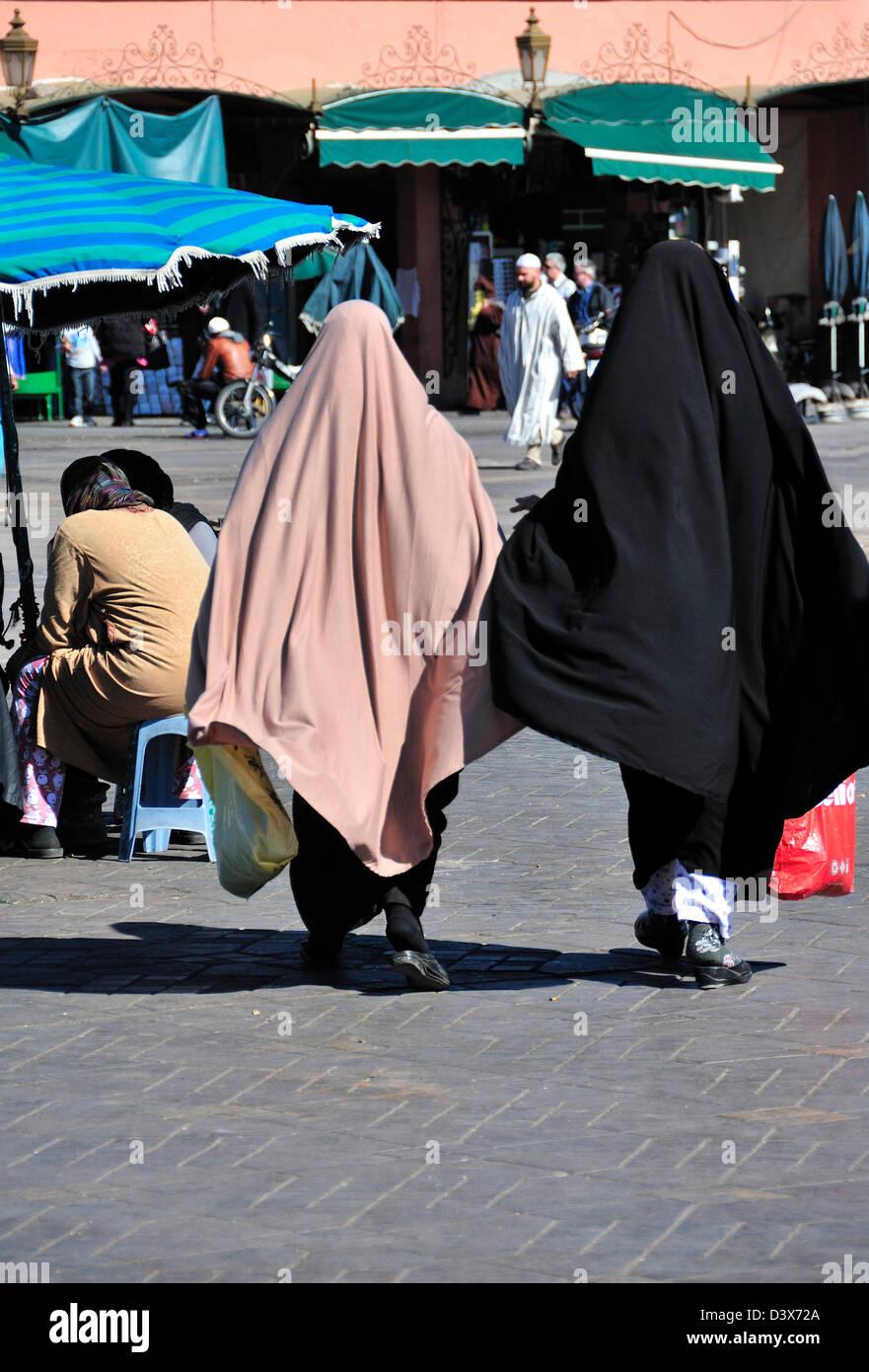 Zwei marokkanische Frauen tragen Abaya oder traditionelle Kleidung für arabische Frauen zu Fuß über den Jemaa El Stockfoto