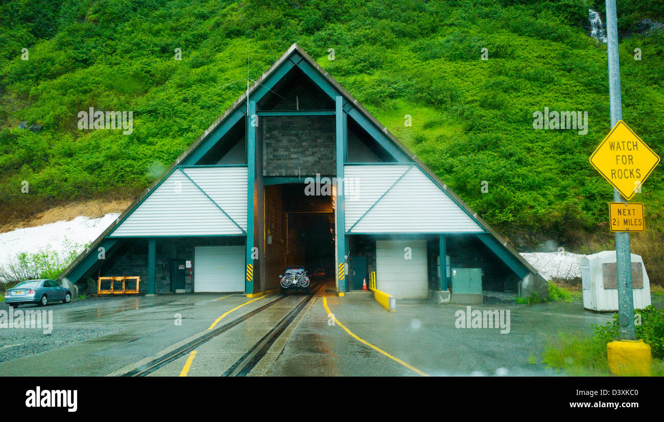 Die Anton Anderson Memorial Tunnel unter Maynard Berg wird von Automobilen und der Eisenbahn geteilt.  Whittier Stockfoto