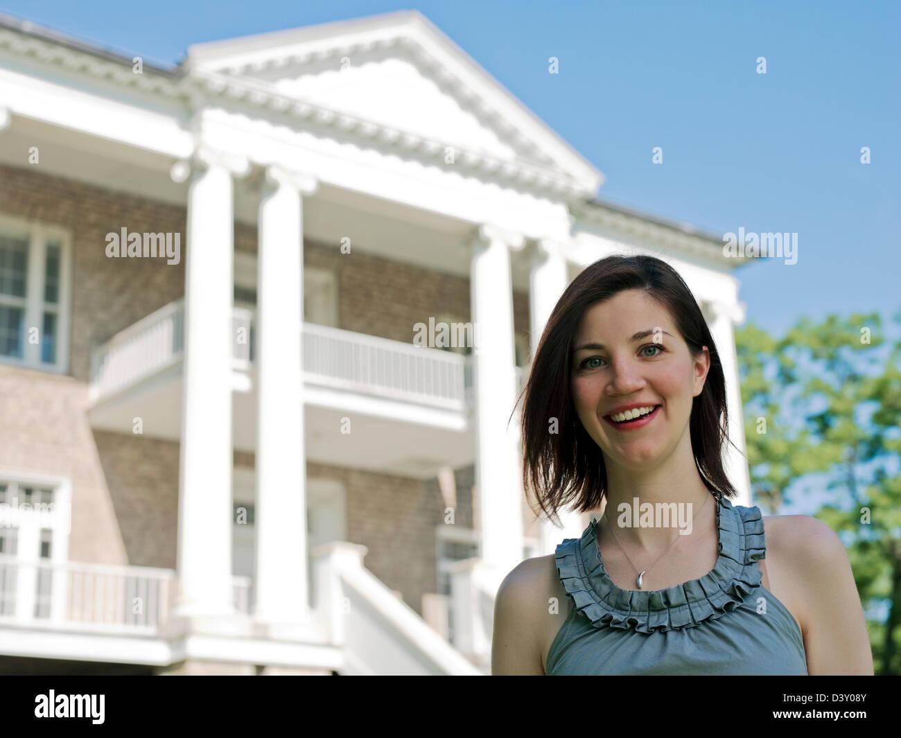 weibliche Teenager vor neoklassizistischen Gebäude Stockbild